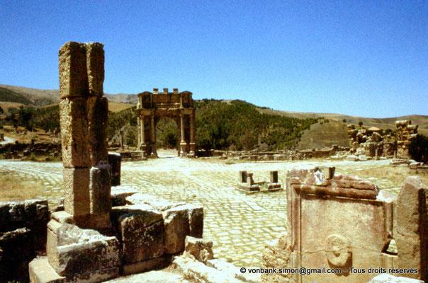 [070-1978-14] Djemila (Cuicul) : Place des Sévères (Nouveau forum) - Arc de Caracalla
