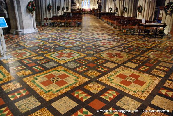 [NU002p-2016-0145] Dublin - Cathédrale Saint-Patrick : Pavement de la nef (fin XIX°)