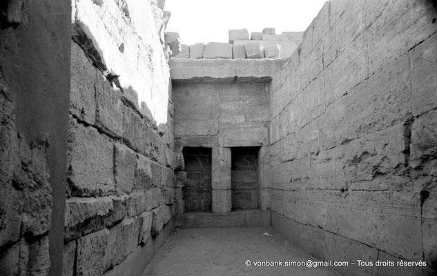 [NB077-1973-42] Karnak - Temple de Séthi II : Les deux niches du mur du fond de la chapelle de Mout