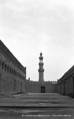 [NB073-1973-47] Le Caire - Mosquée Ibn Toulon : Zyada du côté Nord - En arrière-plan, le minaret de la mosquée Sarghatmich