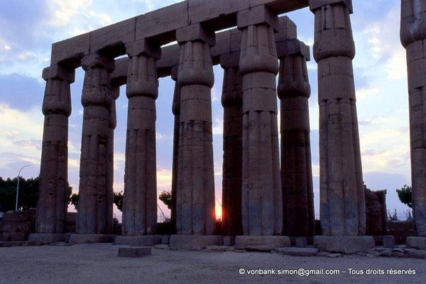 [068-1981-35] Louxor - Temple d'Amon-Rê : Double rangée de colonnes papyriformes fasciculées et cannelées (Aménophis III)