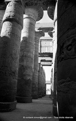 [NB075-1973-26] Karnak - Salle hypostyle : Partie de l'allée transversale orientée vers la Porte Sud