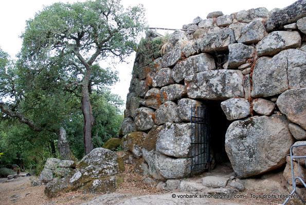 [NU904-2015-110] Nuraghe Majori (Sardaigne) : Entrée architravée surmontée d'une petite fenêtre de décharge