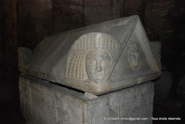 [NU001i-2018-0027] Arles - Les Alyscamps : Eglise Saint-Honorat - Chapelle de Notre-Dame de Grâce : Détail d'un couvercle de sarcophage