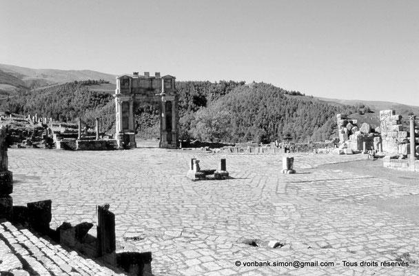 [001-1983-34] Djemila (Cuicul) : Place des Sévères (Nouveau forum) - Arc de Caracalla, Nymphée et ruines de la porte méridionale (vue prise depuis le temple septimien)
