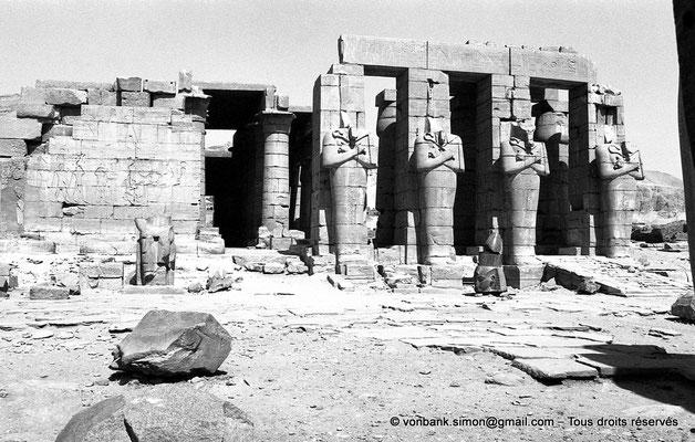 [NB086-1981-15] Ramesseum : Façade Ouest de la deuxième cour