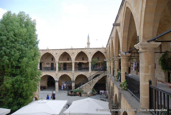 [NU905-2014-0291] Nicosie - Agia Sophia : Vue partielle de la cour intérieure du Büyük Han avec ses deux niveaux de galerie - en arrière-plan, minaret Nord de la mosquée Selimiye