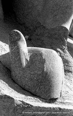 [NB070-1973-04] Karnak - Propylées du Sud : Pouce et main partielle d'une statue colossale de Thoutmôsis III debout (côté Sud du pylône VII)