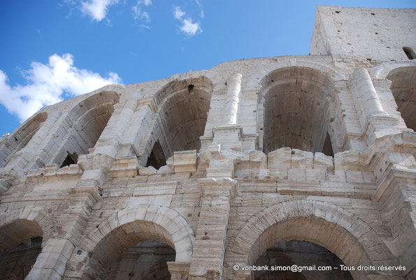 [NU002b-2016-0245] Arles (Arelate) - Amphithéâtre : Vue partielle de la façade Nord-Est
