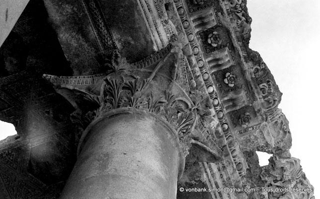 [NB071-1973-02] Baalbek : Temple de Bacchus - Chapiteau et architrave du bas-côté (détail)