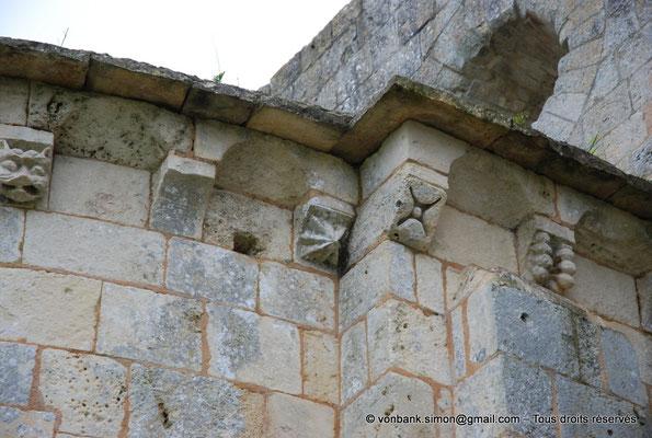 [NU904-2015-0043] 17 - Trizay - Prieuré Saint-Jean l'Évangéliste : Modillons de l'absidiole Sud
