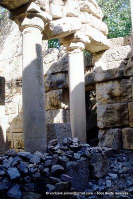 [002-1983-28] Mons (Mopth...) : Colonnes inversées situées sous la cella du Capitole
