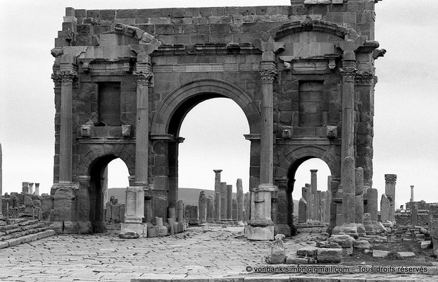 [NB046-1978-23] Timgad (Thamugadi) : Decumanus maximus, en direction de Thamugadi - Arc de Trajan