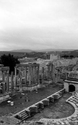 [NB030-1978-21] Dougga (Thugga) : Le théâtre - En arrière-plan, la petite mosquée construite sur les ruines du temple de la Fortune et le Capitole