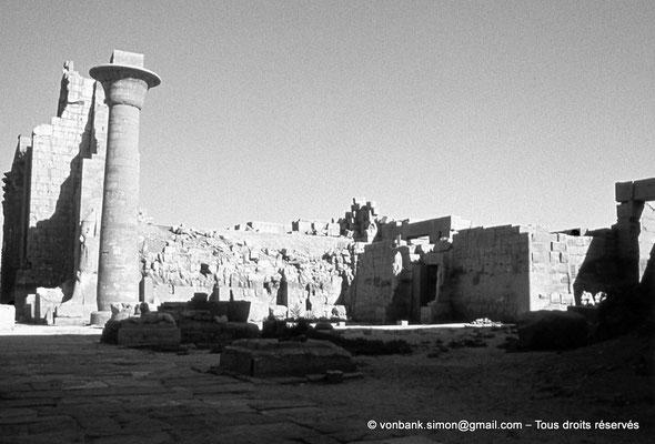 [088-1973-35] Karnak - Grande cour : Colonne de Taharqa - à droite, le temple de Ramsès III