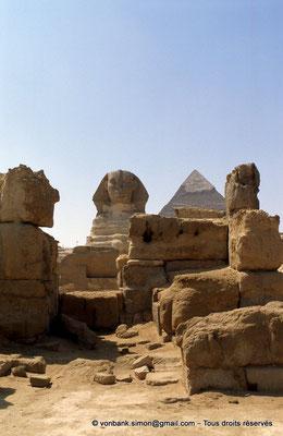 [068-1981-05] Gizeh - Grand sphinx : En avant, les ruines du temple - En arrière-plan, la pyramide de Khéphren