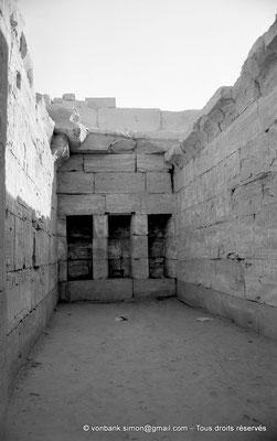 [NB077-1973-28] Karnak - Temple de Séthi II : Les trois niches du mur du fond de la chapelle d'Amon