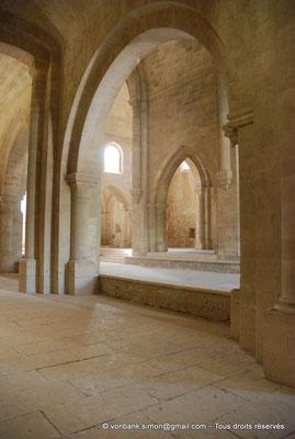 [NU003-2017-044] 13 - La Roque d'Anthéron - Abbaye de Silvacane : Depuis le collatéral Nord, vue sur le transept Sud (vue oblique)