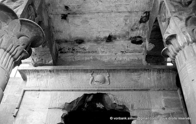 [NB087-1973-08] Karnak - Temple d'Opet : Salle hypostyle - Colonnes palmiformes avec dés hathoriques - Plafond décoré de la déesse vautour Nekhbet