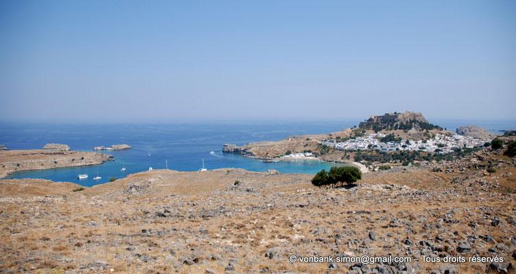 [NU901-2009-0149a] Lindos (Rhodes) : Baie de Saint-Paul - sur la droite, village et Acropole