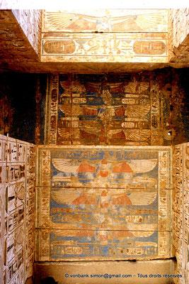 [069-1981-38] Medinet Habou : Plafond de la porte du premier pylône du grand temple de Ramsès III