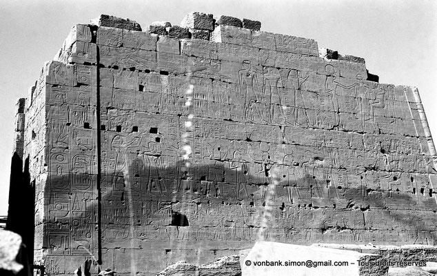[NB070-1973-08] Karnak - Propylées du Sud : Façade Nord du pylône VIII - Môle Ouest