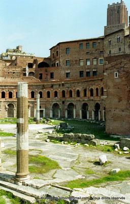 [C011-2001-18] Rome - Forum de Trajan : Marché de Trajan - en arrière-plan, sur la droite, la Torre delle Milizie