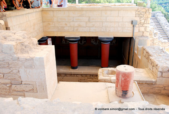[NU905-2011-175] Cnossos (Crète) : Vue de l'escalier principal à colonnes (appartements de la reine)
