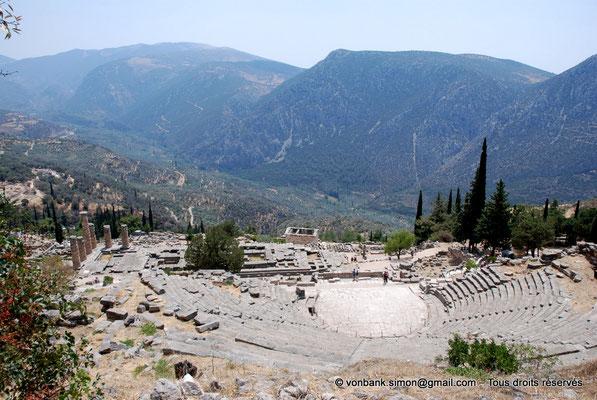[NU901-2008-0173] GR - Delphes - Théâtre : Orchestra et Cavea - devant, le temple d'Apollon puis le Trésor des Athéniens