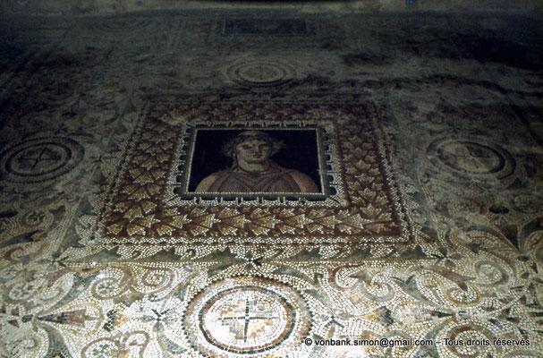 [079-1979-14] Bulla Regia : Portrait de femme en buste (Mosaïques de la maison d'Amphitrite (sous-sol))