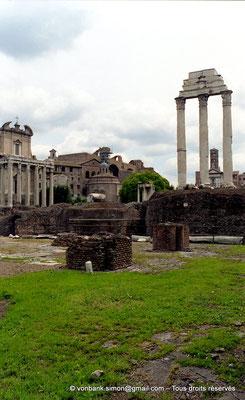 [C010-2001-02] Rome - Forum Romanum : Temple des Dioscures (Castor et Pollux) - en arrière-plan, sur la gauche, le Temple d'Antonin et Faustine et, sur la droite, le clocher roman de la Basilique Sainte-Françoise Romaine