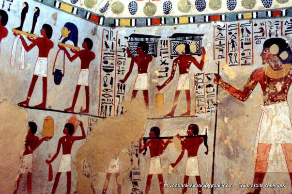 [065-1981-24] TT 96B - Sennefer : Sennefer fait face à deux processions de porteurs d'offrandes qui s'éloignent de lui (Antichambre)