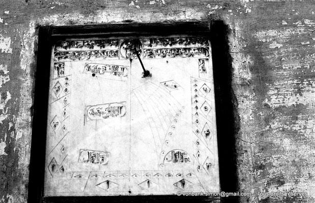 [NB081-1973-33] Le Caire : Dans quel lieu ce cadran solaire a-t-il été photographié ?
