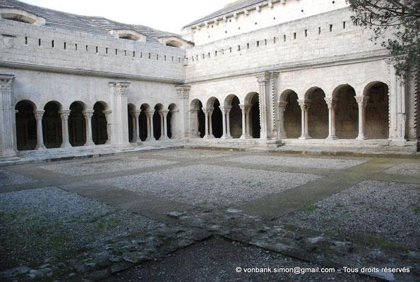 [NU001i-2018-0078] 13 - Arles - Saint-Trophime - Cloître : Depuis la galerie Sud, vue sur l'angle extérieur des galeries romanes Nord et Est