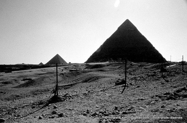 [083-1973-24] Gizeh - Khéphren : En arrière de la pyramide du Roi, la pyramide de Mykérinos puis une de ses trois pyramides des Reines