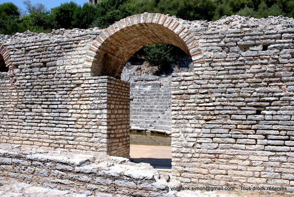 [NU902-2010-107] Butrint (Buthrotum) : Théâtre - Face arrière du mur de scène - en arrière-plan, vue partielle de la scène, de l'orchestre inondé et de la cavea