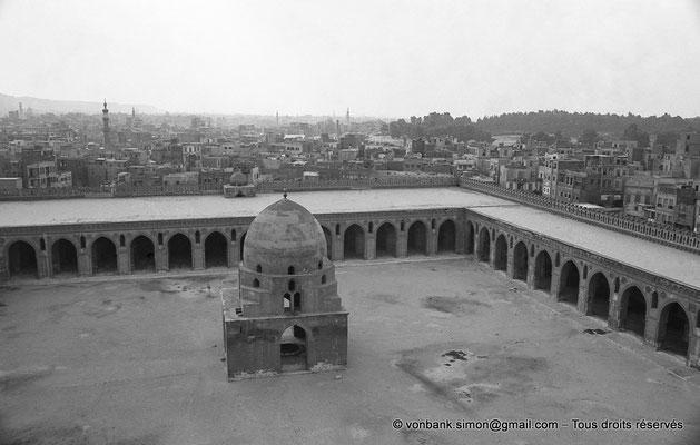 [NB073-1973-75] Le Caire - Mosquée Ibn Toulon : Pavillon des ablutions vu depuis le minaret