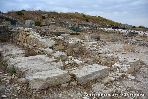 [NU906-2019-1344] Ségeste - Agora : Vue partielle des ruines du portique