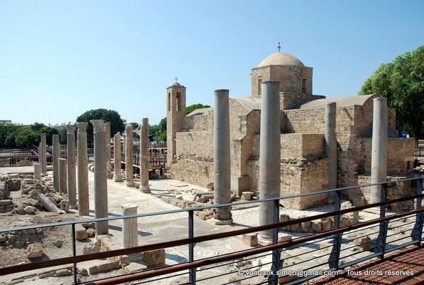[NU900-2012-095] Paphos (Nea Paphos) : Ruines de la Basilique paléochrétienne Panayia Chrysopolitissa - en arrière-plan, l'Église Agia Kyriaki Chrysopolitissa