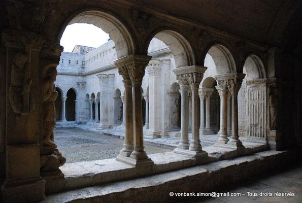 [NU001i-2018-0073] 13 - Arles - Saint-Trophime - Cloître : Depuis la galerie Est, vue sur l'extérieur de la galerie Nord