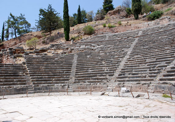 [NU901-2008-0166] GR - Delphes - Théâtre : Orchestra et Cavea (vue partielle)