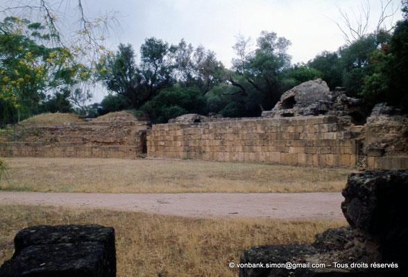 [073-1978-20] Tipasa de Maurétanie : Amphithéâtre - Vue partielle de l'arène, de son mur (podium) et d'une porte d'accès