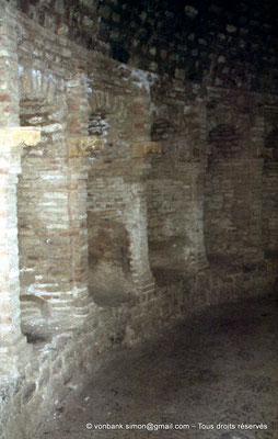 [020-1978-35] Djemila (Cuicul) : Baptistère - Galerie circulaire bordée de niches