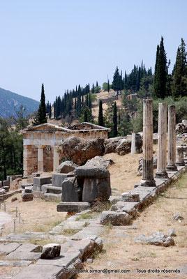[NU901-2008-0157] GR - Delphes - Sanctuaire d'Apollon : Trésor des Athéniens - sur la droite, Portique des Athéniens