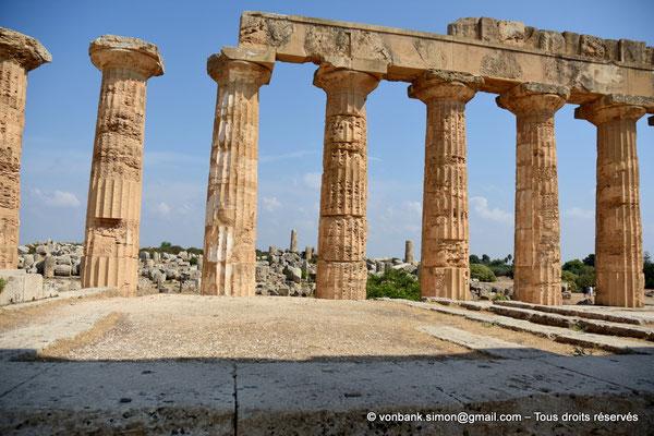 [NU906-2019-1467] Sélinonte - Temple E : Colonnes (face Nord), vue prise depuis l'intérieur du temple - En arrière-plan, ruines des temples F et G