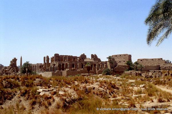 [069-1981-10] Karnak - Salle hypostyle : Depuis le temple de Ptah, vue sur la paroi extérieure Nord et l'arrière du pylône I