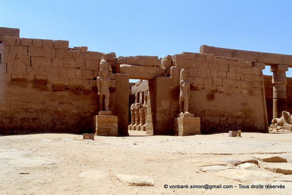 [069-1981-09] Karnak - Temple de Ramsès III : Façade du temple, vue prise depuis la grande cour