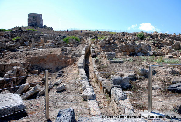 [NU904-2015-230] Tharros (Sardaigne) : Tout à l'égout du versant oriental de la colline de San Giovanni