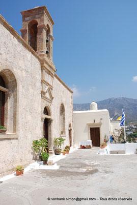 [NU900x-2013-0123] Crète - Chrysoskalítissa : Esplanade située devant l'entrée de l'église