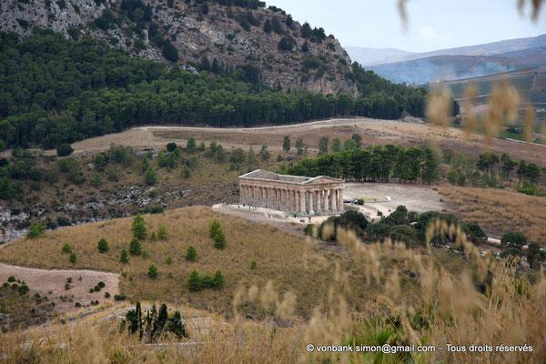 [NU906-2019-1377] Ségeste : Temple inachevé (vue prise en cheminant du Théâtre vers le Temple)